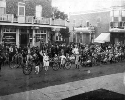 Défilé de la Saint-Jean-Baptiste vers 1936, devant le restaurant Richard, rue Saint-Pierre, coin Saint-André. (Source : Fonds Aimé-Despatis, Archives Lanaudière)